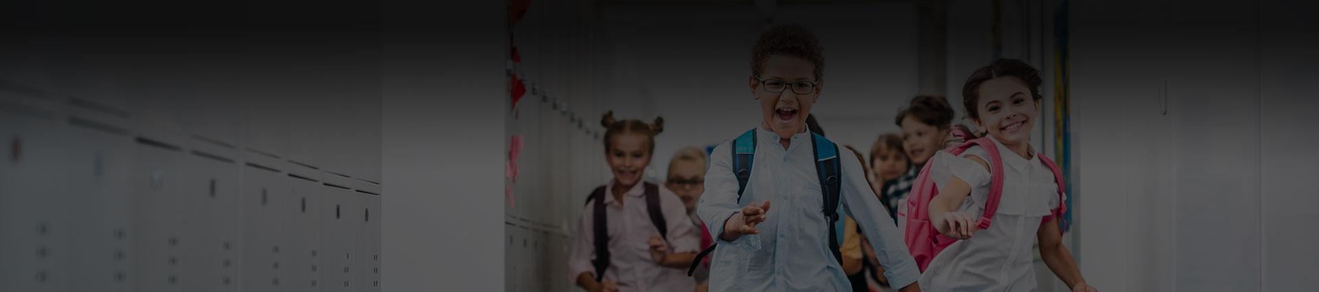 biegnące-dzieci-na-korytarzu